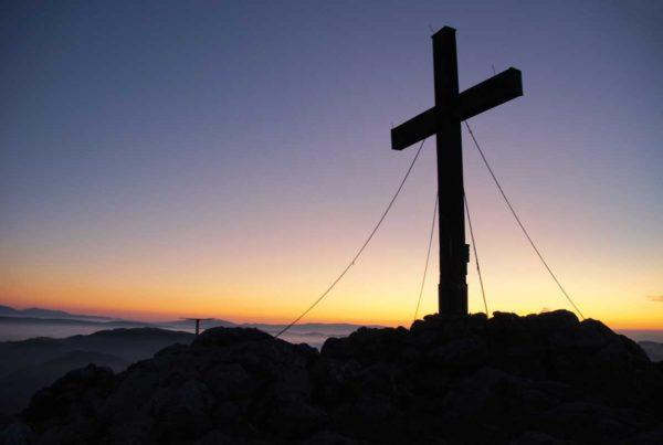 immagine della croce con un tramonto